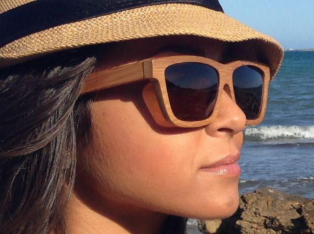 muchacha con gafas de madera