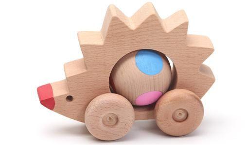 juguete de madera puerco espin ruedas bola gira