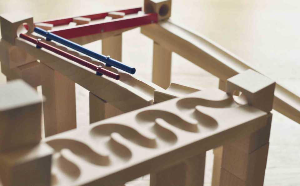 mecanismo juguete bola gravedad madera
