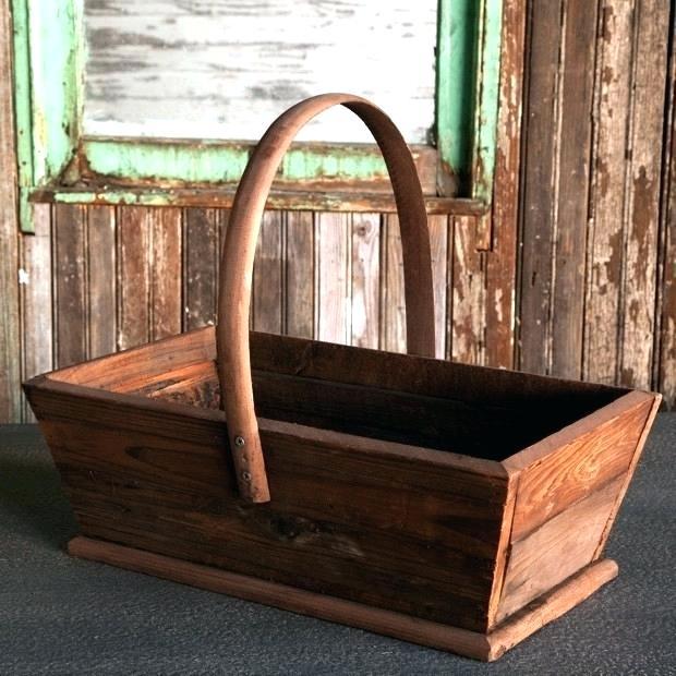 antigua canasta de madera solida estilo campestre envejecida