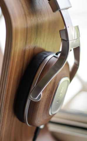 auricular de madera sobre base de madera