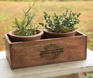 caja de madera rectangular con macetas redondas