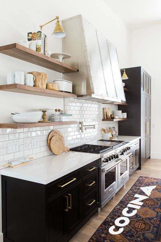 cocina moderna con estantes flotantes de madera color cedro