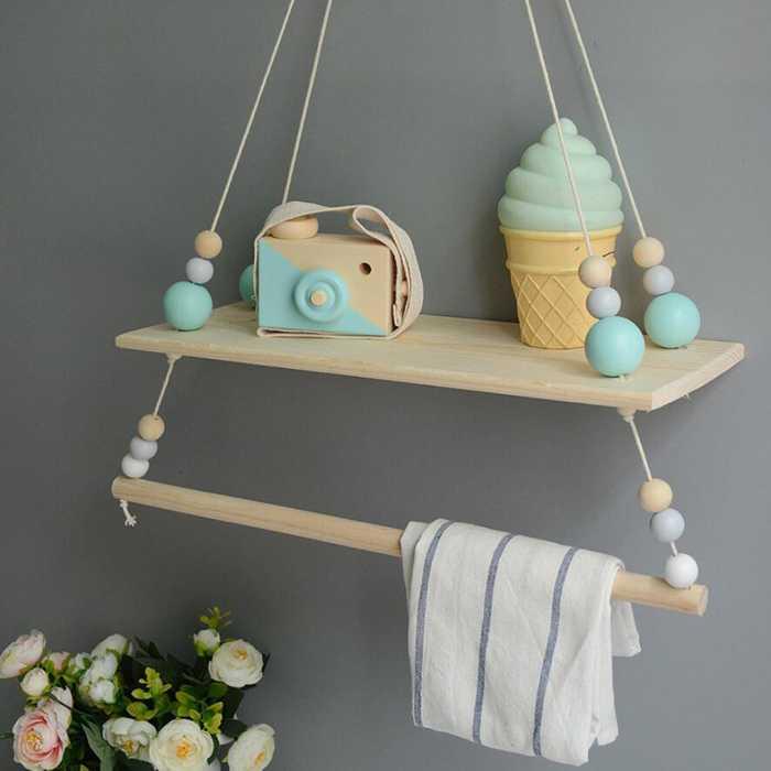 estante infantil colgante con juguetes en colores pastel