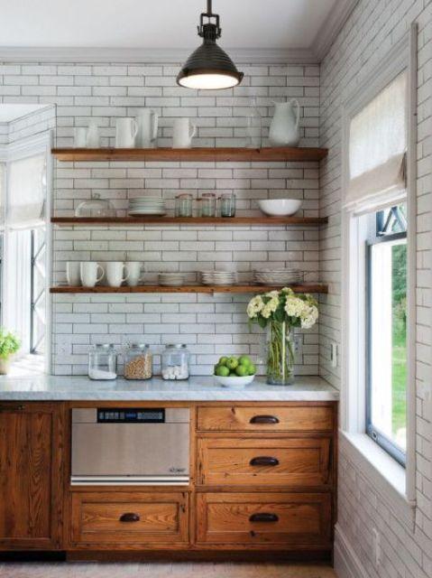 estantes flotantes color nogal americano sobre azulejos blancos en cocina