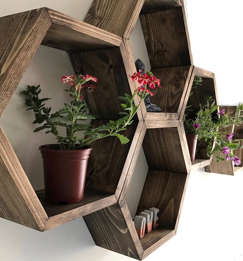 Estantes hexagonales de madera. Estructura para la pared del jardín