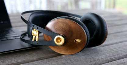 ovalados audifonos de madera marrones con dorado y negro