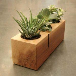 pequeno organizador de madera para macetas y plantas