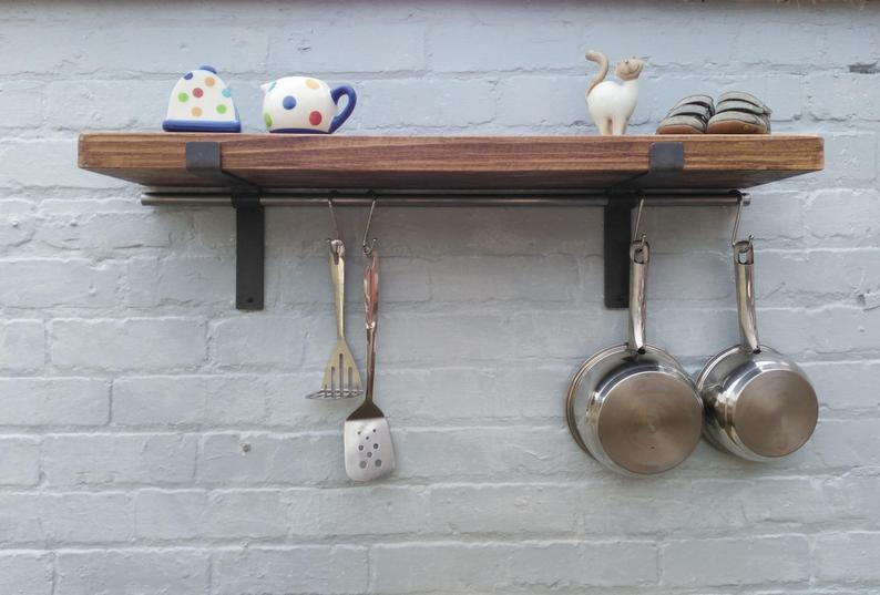 repisa de cocina con ganchos utensilios tabla util