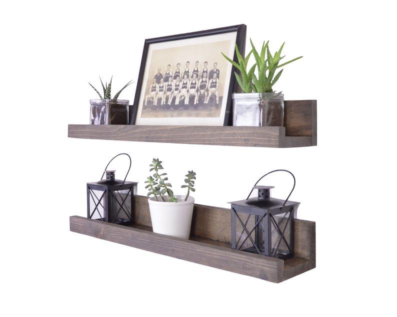 repisas gemelas forma l madera con fotos, plantas y adornos
