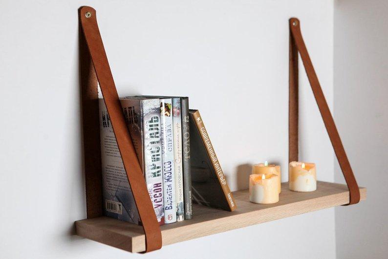 repisa de madera con soportes de cuero