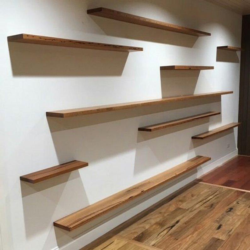 repisas variadas pared completa madera variedad