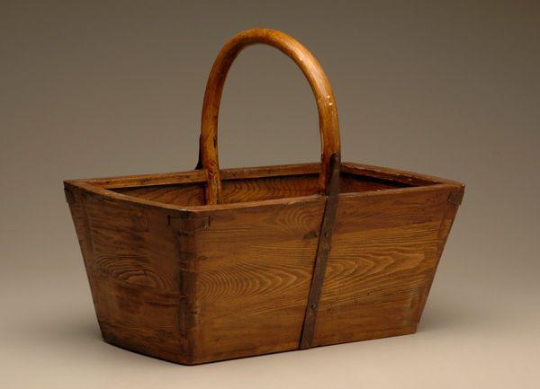cesta de madera cuadrada con asas vintage