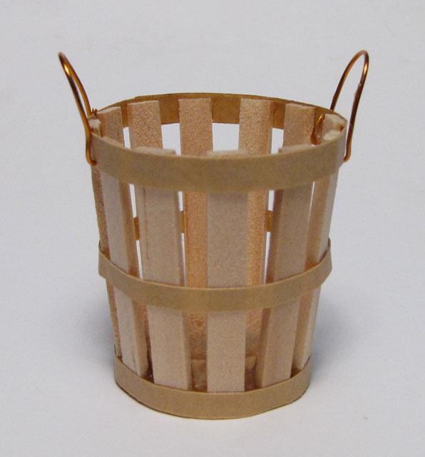 estilo rustico para decorar cesta con asas metalicas
