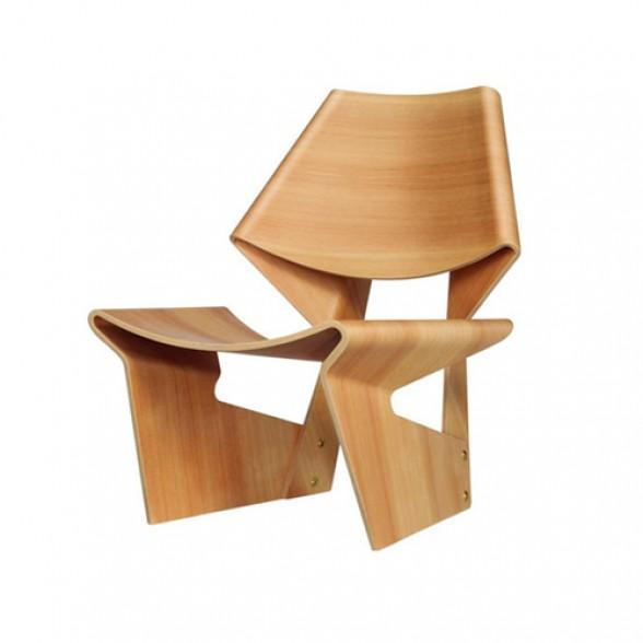 silla de madera moldeada forma geometrica diseno original acabado pulido