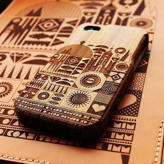 case para movil en madera grabada con motivos pictograficos