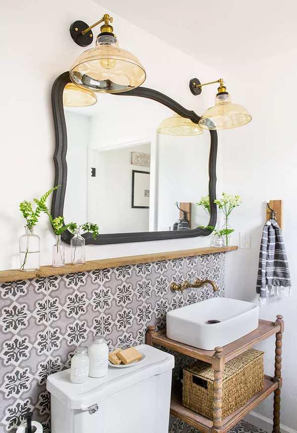 repisa larga de madera rustica sobre el lavabo