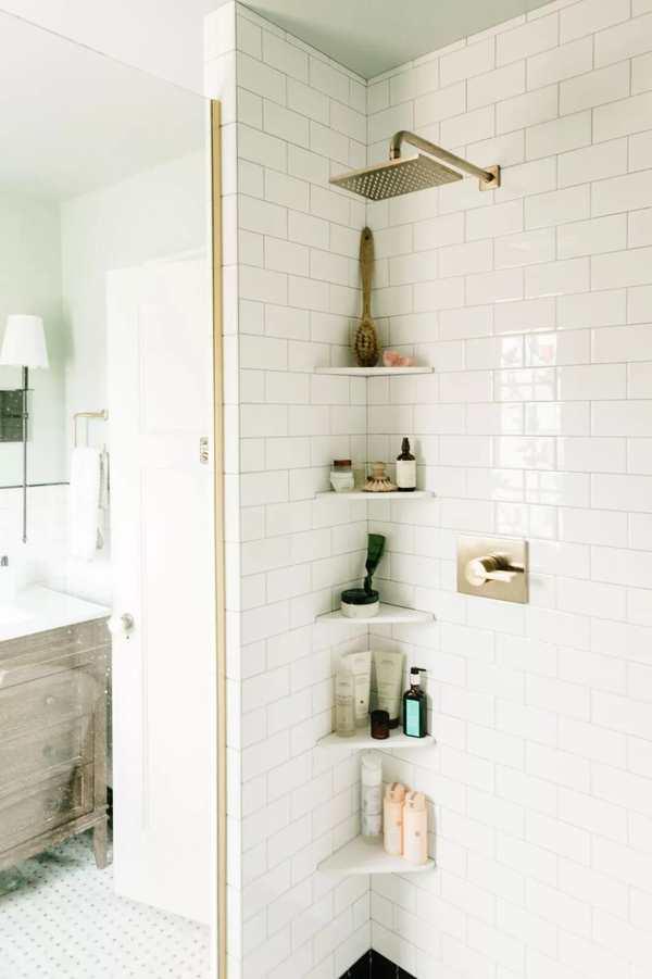 repisas esquineras en la cabina de ducha