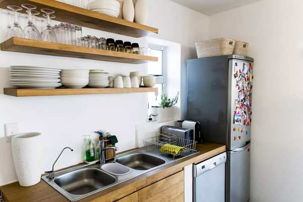 repisas flotantes en una cocina muy simple