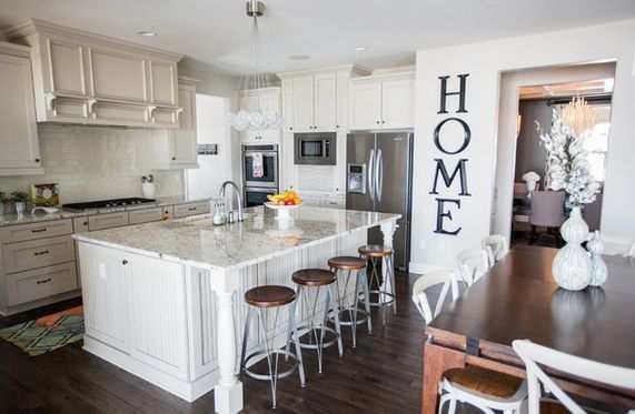 Letras de hogar en la pared de la cocina