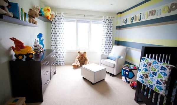 Paredes a rayas para la habitacion del bebe y letras del alfabeto