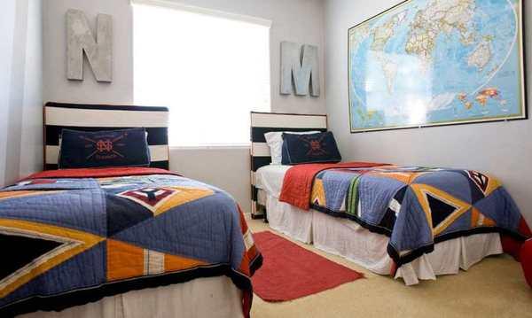 habitacion de adolescentes con iniciales en la pared