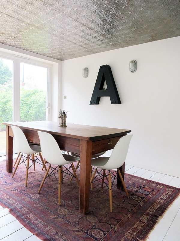 letras de madera en la pared