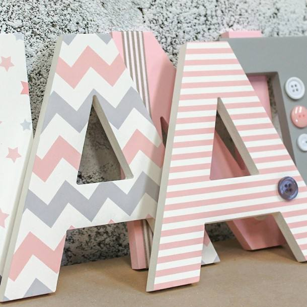 letras de madera rosadas y grises