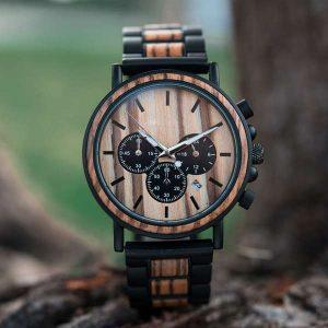 reloj elaborado en madera con detalles en negro